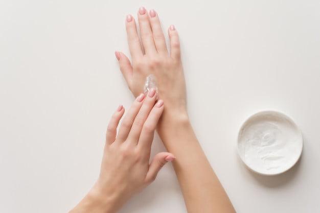 Påførsel af painfree cremen på håndryggen