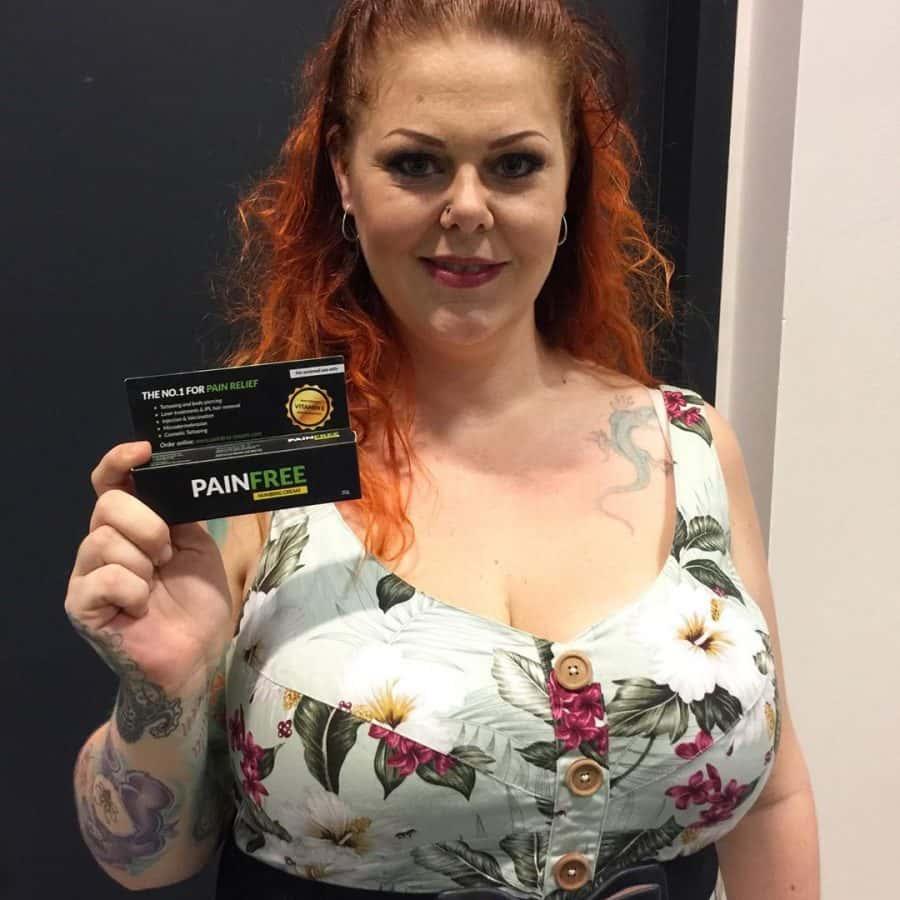 Kvindelig tatovør med pain free creme i hånden